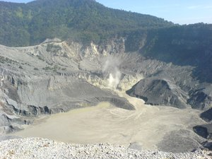 Kawah Ratu - the main crater at Tangkuban Prahu.